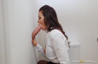 Бабенка с шикарными буферами легко возбуждается на секс №3320