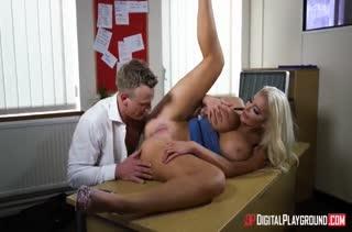 Бабенка с шикарными буферами легко возбуждается на секс №3324