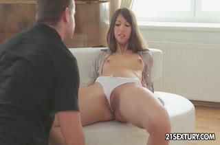 Сексуальная деваха довольствуется красивым трахом №2128
