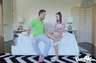 Миловидная девочка не боится брызг спермы на себя №2376 3