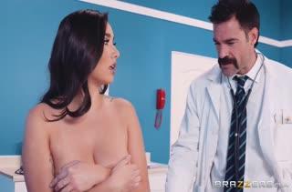 Миловидная девочка не боится брызг спермы на себя №4091